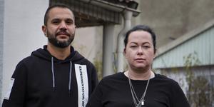 Mostafa Barafi och Stina Stenberg bor inte hos Hoforshus, som sålt husen till AB-hem.