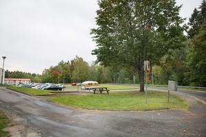 Radhusen längs Fjärilstigen föreslås börja nästan nere vid korsningen med Brolundavägen och fortsätta vidare upp mot befintlig vändplan med parkering utanför bild. Parkeringen på bilden kommer då försvinna och platserna ersätts med nytt parkeringshus på parkeringen utanför bild.
