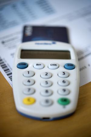 Med bankdosa gjorde kvinnan som hon blev uppmanad och förde över pengar till ett annat konto i banken.