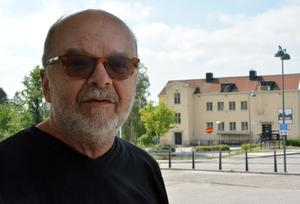 Björn Amnow tillbringar somrarna på Alnö och han hör diskussionerna bland ö-borna.