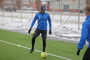 Tre dagar efter att försvararen kritat på för Sirius valde klubbens tränare att lämna för Djurgården.