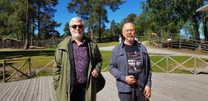 Lasse Jansson inför årets bluespicknick på Torekällberget i Södertälje. Nu är han med och arrangerar picknicken i Nykvarn. Till höger artisten och sångaren Göran Wiklund.