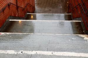 Den vita färgen längst ut på trappstegen vid Olaitunneln har flagnat bort med åren.