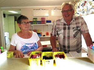 """Birgitta Wikebo och Per-Gunnar """"P-G"""" Nilsson sålde bingobrickor och -pennor. P-G, som arrangerar bilbingon i Vitgården, tipsar om att ha bra signal i bilen – annars är det lätt att man inte hör utropen ordentligt."""