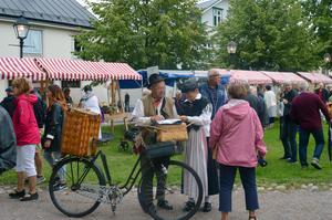 Även bland besökarna fanns många som klätt sig i tidsenliga kläder. Den här frun köpte kanske ett par mamelucker av kortvaruhandlaren Sture Sjöberg.