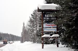 På skyltar i närheten av Matfors ges löften om att platsen är trygg, inte minst på grund av byavakten.