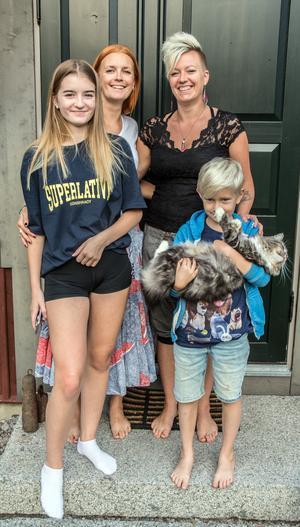 De hittade det perfekta boendet i Bjursås. Döttrarna Svea och Ingrid trivs, men missen har haft det lite tufft med grannkatterna. Storebror Lukas var på vift när bilden togs.