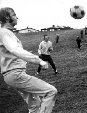 Tränaren Kay Wieståhl, i mitten av bilden, leder träningen i en grässlänt någonstans i Östersunds utkanter inför seriespelet i division 2 1973. I förgrunden legendariske spelaren Lennart