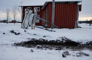 En av skyltarna som blivit nerkörd vid busshållplatsen i Åsgarn. Bild: Kristoffer Hellman