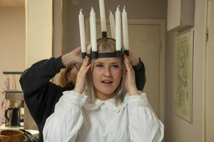 Ina Andersson får hjälp av Inga Olsson att sätta kronan på plats.