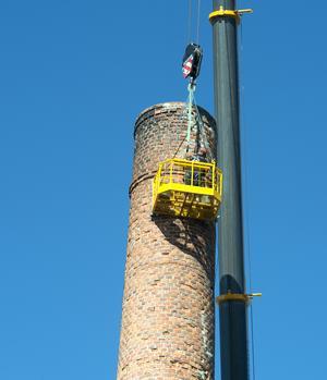 Många  tegelstenar behöver bytas ut när skorstenen på Karlsviks gamla sågverk renoveras.