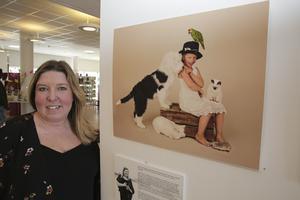 Systerdottern Hilma verkar vara en riktig djurvän – omsvärmad som hon är av en papegoja, hund, katt, mus, kanin och igelkott. Under den närmaste månaden visar Carina Heed drygt 30 bilder på biblioteket.