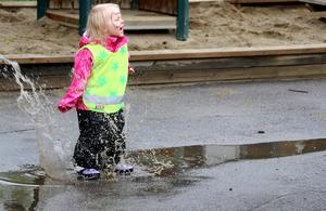 Även mer naturliga övningar utfördes med stor glädje, som när Annabell Backlund fick syn på en av gårdens vattenpölar.