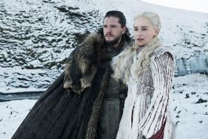 Kit Harington och Emilia Clarke som Jon Snow och Daenarys Targaryen i den sista säsongen av