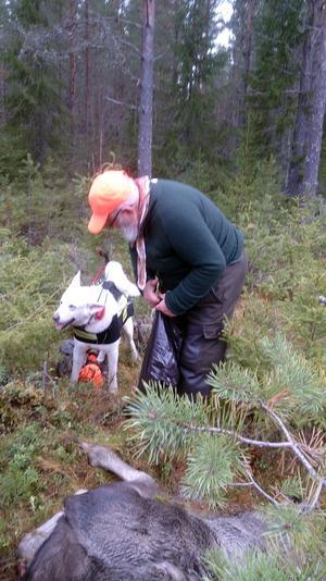 Sid Jansson och Bengt Stor grät en skvätt tillsammans medan hunden Shiro undrade vad de höll på med. Foto: Bengt Stor
