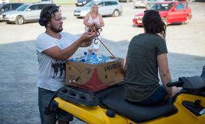 Victor Dovemyr och Angelica Westman har kört flera vändor upp för Burberget med vatten.