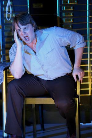 Tobias Westman gör rollen som Leif, banktjänstemannen som närapå blir skjuten i benet av rånaren.Foto: P-J Jansson.