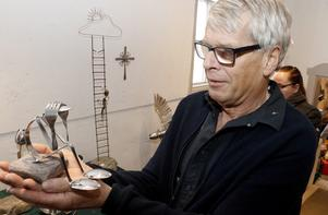 – Jag såg en metallfågelskulptur på en sten en gång i Tyskland som jag föll för direkt. Sedan har det spårat ur alldeles för mig, säger Bo Norrby. Många av hans skulpturer är gjorda av bestick.  Så här morgontrött uppgivna kan några skedar och gafflar bli.Bo Norrby har jobbat i Frövi på bruket men numera är det firma Stenkul som gäller.
