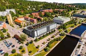 Längs södra delen av taket på City-P ska de tio radhusen byggas är det tänkt. Till höger om parkeringshuset ligger Telia-huset. Bild: Anders Ekström, Tyréns.