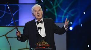 Allkonstnären Hans Alfredson när han 2013 fick en hedersbagge under Guldbaggegalan. Alfredson gick bort i september 2017. Han blev 86 år gammal. Arkivbild. Foto: Anders Wiklund / TT