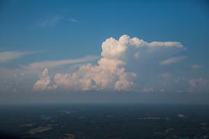 Det här molnet kommer bli ett åskmoln förklarar piloten Odd Svenonius.