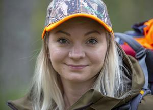 Carolin Ögren från Valbo bytte konståkning mot jakt. Hon tog jägarexamen för 8 år sedan när hon var 20 år.
