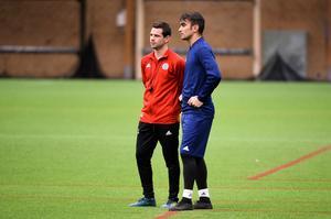 GIF Sundsvalls assisterande tränare Ferran Sibila i samtal med Samuel de los Reyes Domínguez under fredagen.