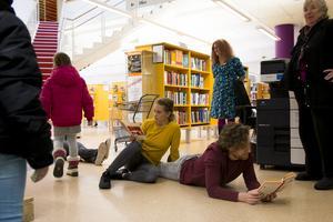 Performancegruppen Re Act! läste sig genom biblioteket – och rörde sig utan att lyfta näsan från boken.