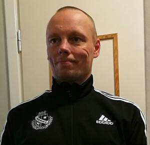 Ronny Blom säger att han är en träningsfanatiker och tävlingsmänniska uti fingerspetsarna. Han tränar som mest 16-20 timmar i veckan.