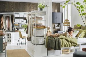 Platsa är en förvaringsserie som kan följa dig och förändras med dig genom åren. Nu adderas öppna sektioner för kläder, hyllor och skohyllor till serien vilket gör den än mer mångsidig och flexibel. Foto: Ikea.
