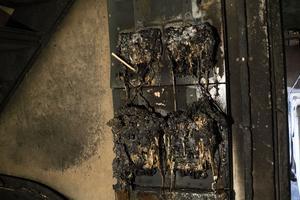 Det återstår inte mycket av elskåpet i källaren där branden troligen startade.