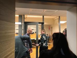 Christina Edlund Nilsson på väg in i rättssalen för häktningsförhandlingen.