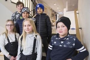 Skolkamraterna vill fortsätta att plugga tillsammans. Utvisningsbeslutet riskerar att sätta stopp för det. Kalle Sjöhlen Krylen, 10 år, Jalil Akbari, 11 år, Aron Akbari, 11 år, Milla Haka Wall, 10 år, Anna Andersson och Adrian Glad, 10 år.
