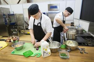 Alvin Larsen och Fabian Palmberg förbereder förrätten toast skagen.