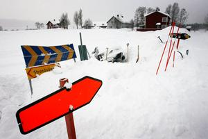 Trots att varningspilar och käppar satts upp i kurvan fortsätter avkörningarna i Storsjö. Det här var den nittonde avkörningen.