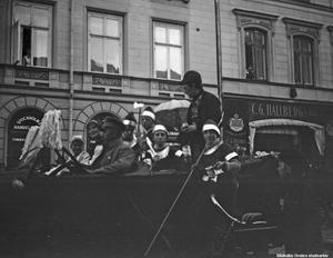 Barnens dag-kortege på Drottninggatan. Fotograf: Waldemar Tegner. Bildkälla: Örebro stadsarkiv