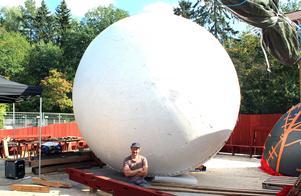 Konstnären Michael Beutler tillsammans med sin jätteboll på Råby i september förra året.