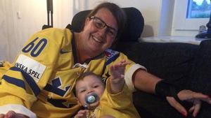 Ann-Mari Backlund från TV-soffan med dottern Madelene Backlunds son Melker. FOTO: Privat