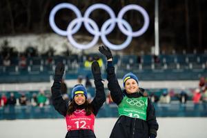 Charlotte Kalla och Stina Nilsson på podiet efter onsdagens silver i sprintstafetten. Bild: Carl Sandin/Bildbyrån.