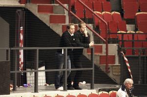 På läktaren i det som då hette Läkerol Arena vankade Micke Sundlöv, till vänster i den här bilden, fram och tillbaka när han ringde Boork, och erbjöd honom jobbet som coach igen.