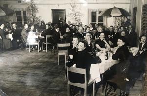 På 1950-talet fanns ett 25-tal föreningar i Stora Vika. Föreningen Muntra Fruarna var en av de äldsta i samhället och arrangerade många nöjesarrangemang. Foto: Privat