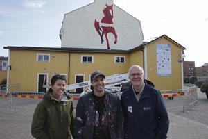 En av höjdpunkterna under jubileumsåret, tycker Håkan Rosén, var när Shai Dahan målade det praktfulla konstverket vid Garvarns torg. Ett arbete som han och Veronica Lindgren från Unika Ludvika följde med stort intresse.