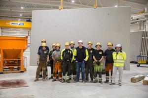Södertäljeföretaget Vymat bemannar Pålplintars nya produktion. Här står hela arbetslaget framför tunnelelement nummer 1000.