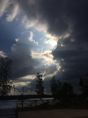 Foto: Agneta Larsson Det var nu i maj som molnen över Åmänningen formade vackra bilder. Solen låg bakom mörka moln och bildade en guldkant.