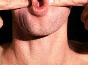 """Bruce Naumans """"Pinchneck"""" (1968) där han nyper sig själv i kinden – om och om igen."""