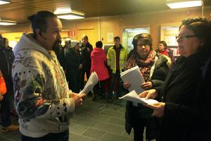Danne Mackin lämnar över personalens skrivelse till socialnämndens ordförande Margareta Mahmoud Persson (KD).
