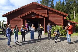 Kulturskoleelever spelade folkmusik i solskenet.