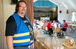 Patrik Norberg är ordförande i frivilligorganisationen Civilförsvarförbundet Medelpad. Han blev på gott humör när brandmännen kom till bygdegården för att äta under tiden som helikoptern vattenbombade.