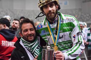 Campese med VSK Bandys lagkapten Magnus Joneby efter SM-guldet 2016.