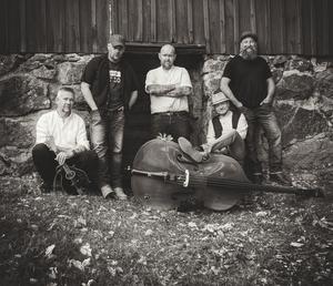 Nynäsbandet Mudlip är en av akterna i sommar. I bandet hittas Pim Lindahl (mandolin, sång), Mathias Tjärnhammar (banjo, gitarr, sång), Fredrik Svensson (ståbas), Niklas Liljehammar (gitarr, sång) och Mikael Odenstig (dobro, munspel, sång). Foto: Mathias Tjärnhammar